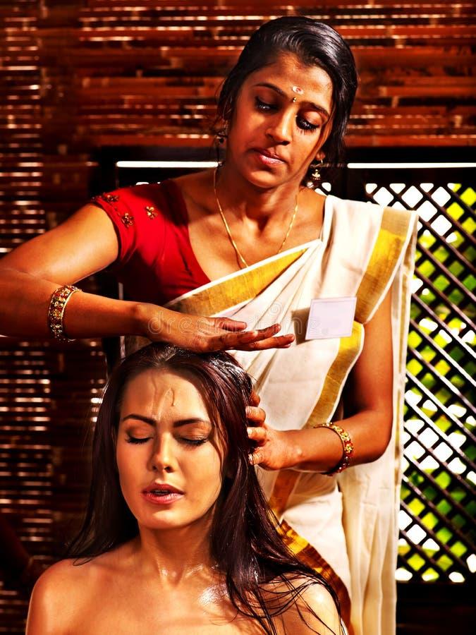 Donna che ha trattamento della stazione termale di ayurveda immagine stock