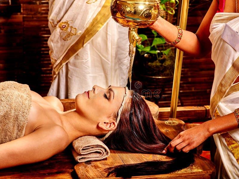 Donna che ha trattamento della stazione termale di Ayurvedic fotografia stock libera da diritti