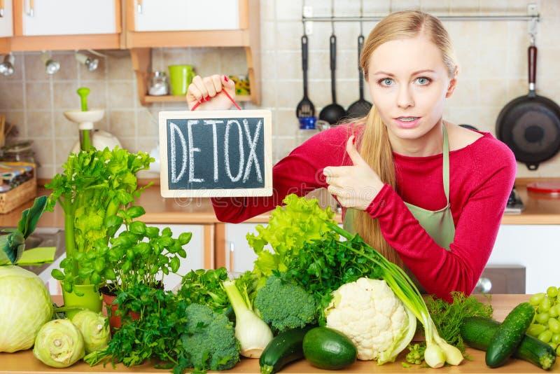 Donna che ha verdure verdi di dieta, segno della disintossicazione fotografia stock libera da diritti