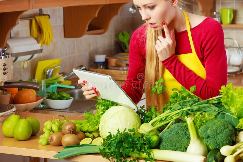 Download Donna Che Ha Verdure Verdi Che Pensano Alla Cottura Immagine Stock - Immagine di dispositivo, organico: 117979451