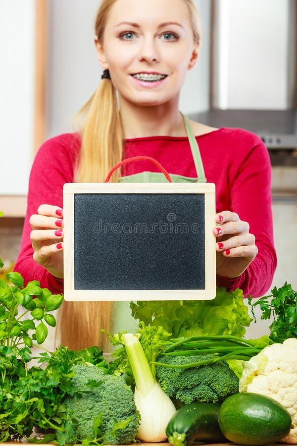 Download Donna Che Ha Verdure Verdi Che Tengono Bordo Immagine Stock - Immagine di verdura, organico: 117979429