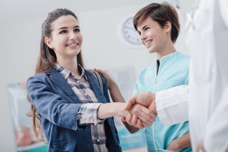 Donna che incontra il medico e che stringe le mani fotografia stock libera da diritti