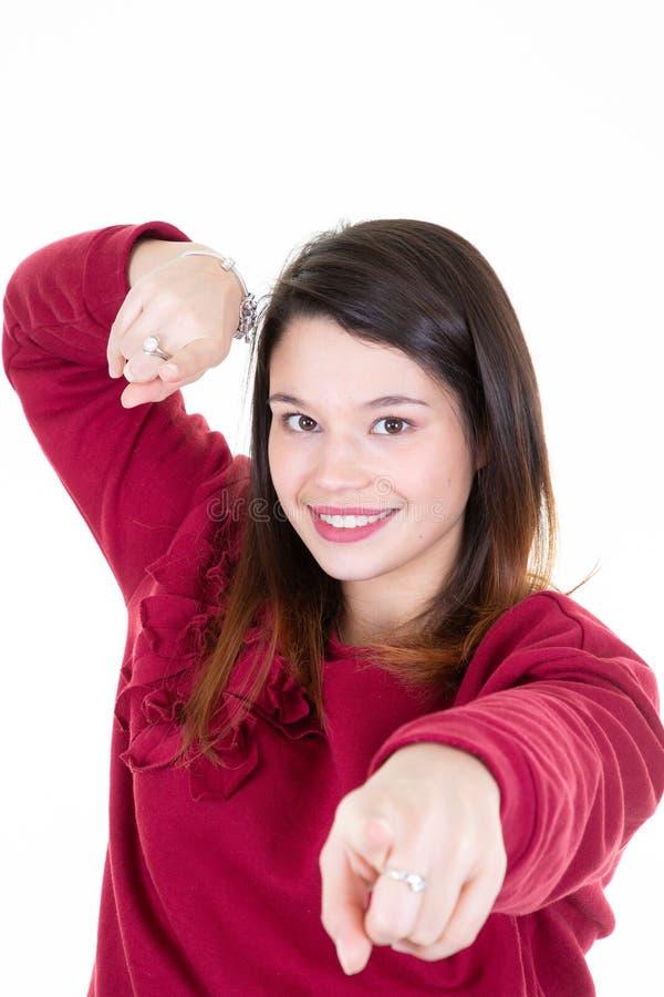 Donna che indica a qualcosa fronte isolato su fondo bianco immagini stock libere da diritti