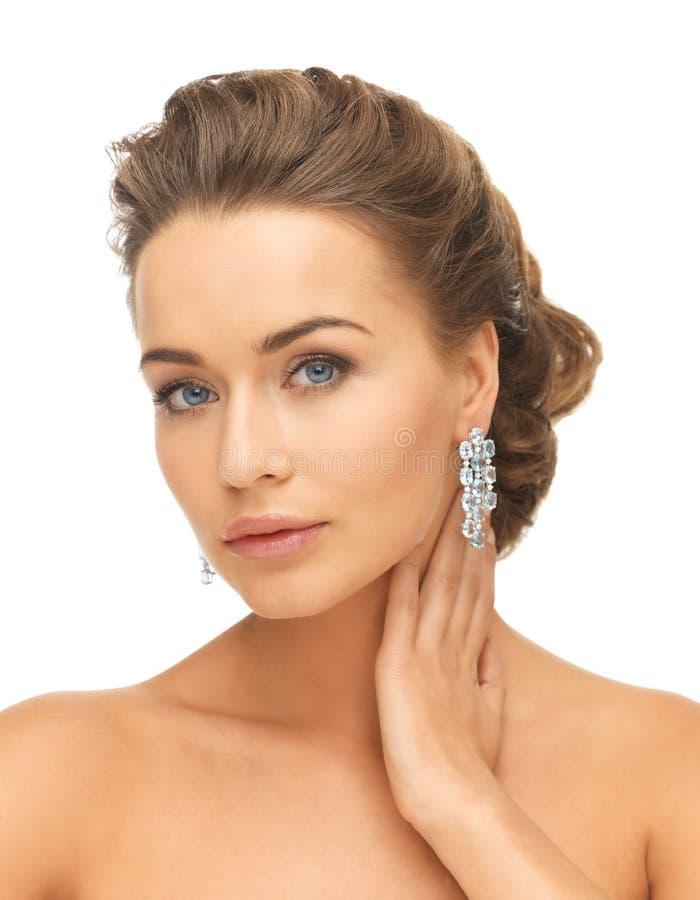Donna che indossa gli orecchini brillanti del diamante fotografie stock