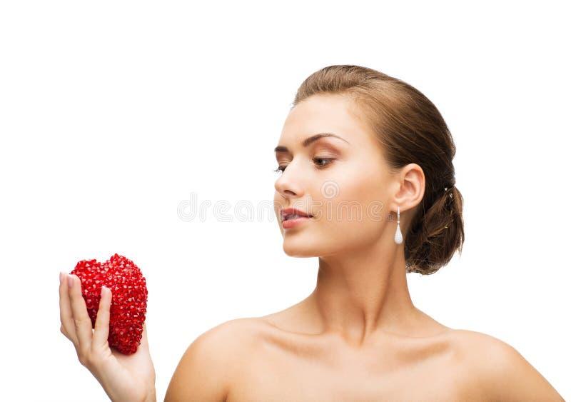 Donna che indossa gli orecchini brillanti del diamante fotografia stock libera da diritti