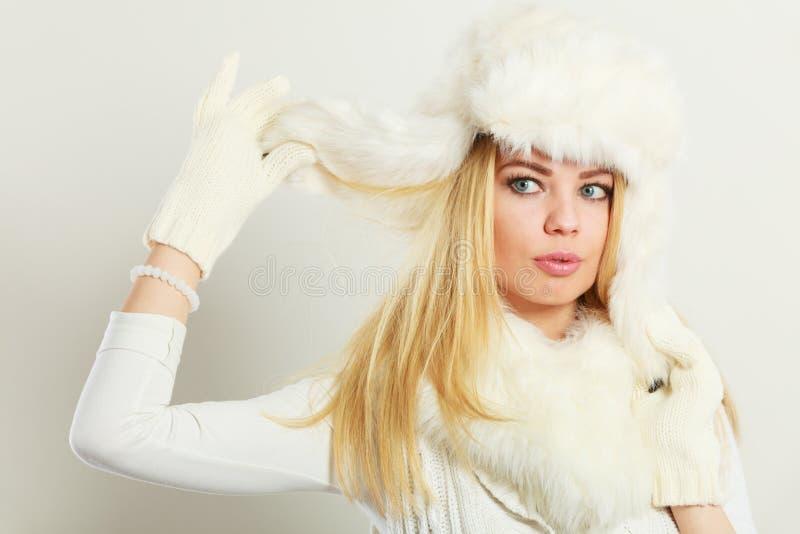 Donna che indossa i vestiti alla moda di orario invernale immagini stock libere da diritti