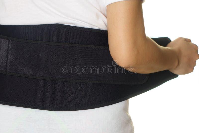 Donna che indossa indietro la cinghia di sostegno isolata su bianco immagini stock libere da diritti