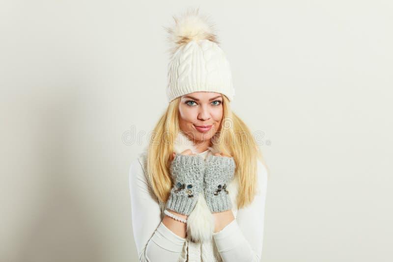 Donna che indossa l'abbigliamento caldo di inverno fotografia stock libera da diritti