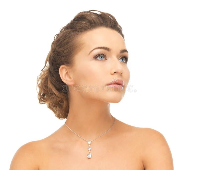 Donna che indossa la collana di diamante brillante fotografia stock libera da diritti