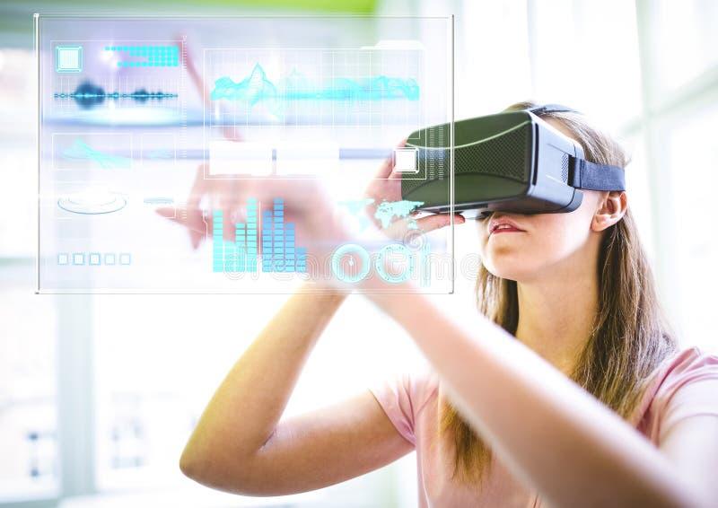 Donna che indossa la cuffia avricolare di realtà virtuale di VR con l'interfaccia immagini stock libere da diritti