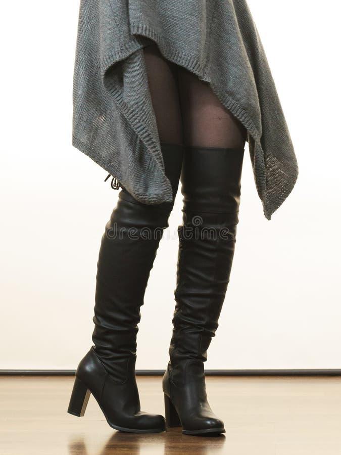 Donna che indossa la tunica superiore lunga grigia del maglione immagine stock libera da diritti