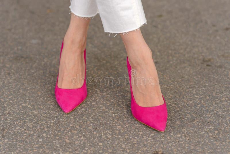 Donna che indossa un paio degli stiletti rosa eleganti immagine stock