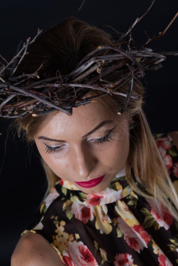 Donna che indossa una corona delle spine fotografia stock
