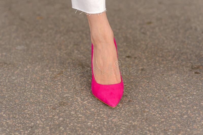 Donna che indossa uno stiletto rosa elegante immagini stock