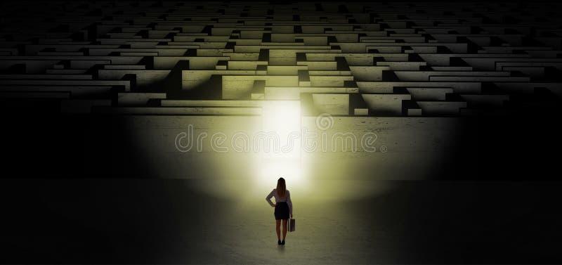 Donna che inizia una sfida scura del labirinto immagini stock