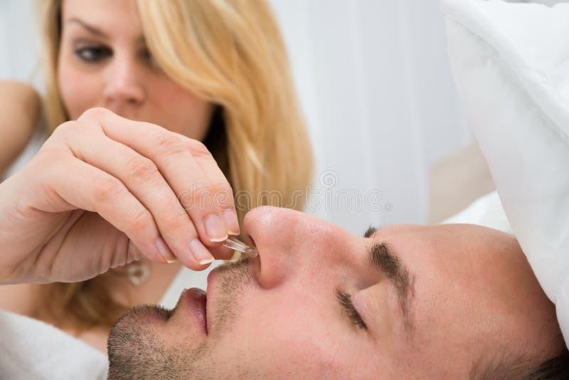 Download Donna Che Inserisce Il Dispositivo Della Clip Del Naso Nel Naso Dell'uomo Fotografia Stock - Immagine di marito, rumoroso: 55356040