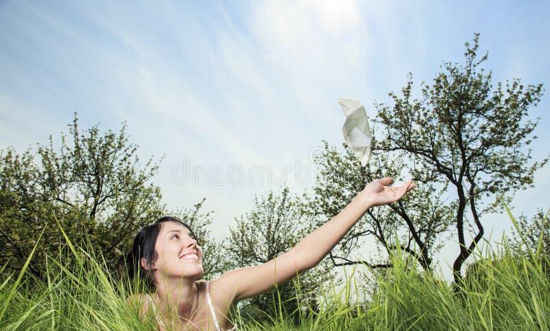 Donna che invia fazzoletto sull'aria immagine stock