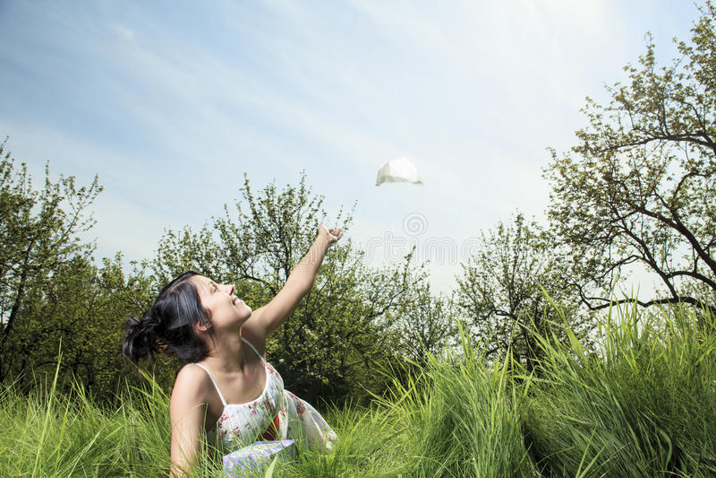 Donna che invia fazzoletto sull'aria fotografia stock libera da diritti