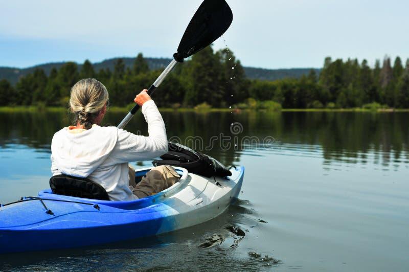 Donna che kayaking fotografia stock libera da diritti