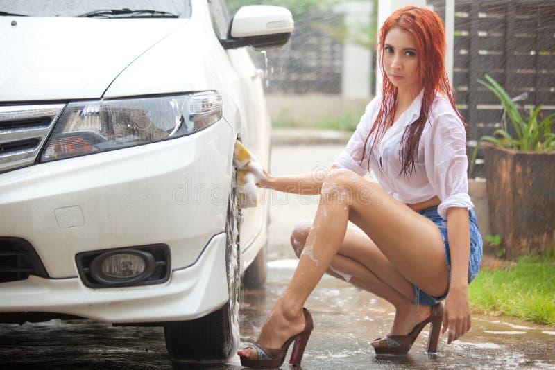 Donna che lava un'automobile immagini stock