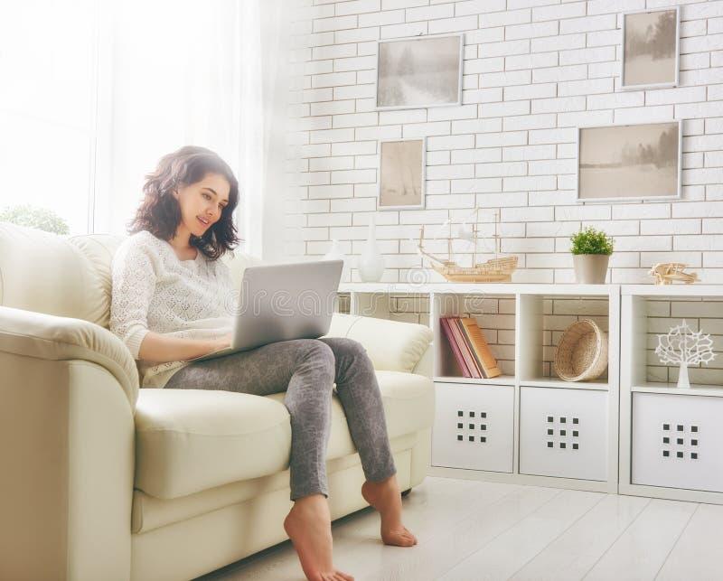 Donna che lavora ad un computer portatile immagine stock