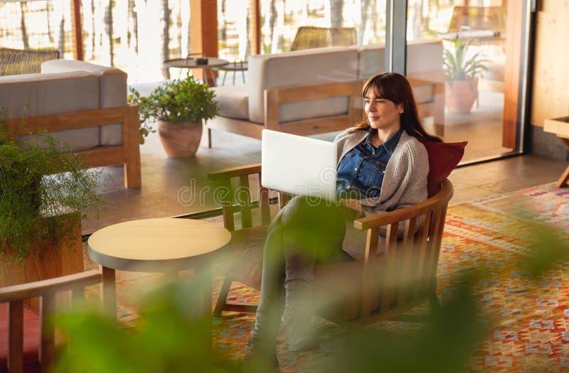 Donna che lavora ad un computer portatile immagini stock libere da diritti