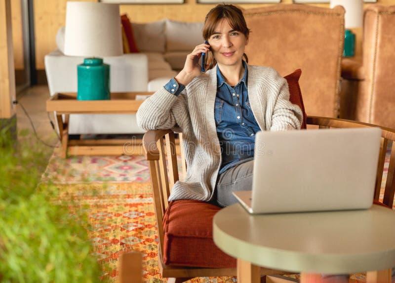 Donna che lavora ad un computer portatile fotografie stock
