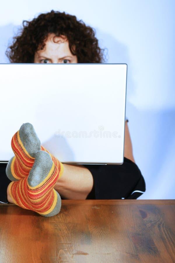 Donna che lavora al computer portatile immagine stock