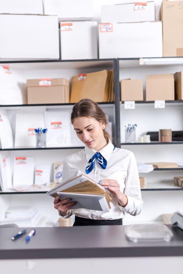 Donna che lavora all'ufficio postale fotografie stock libere da diritti