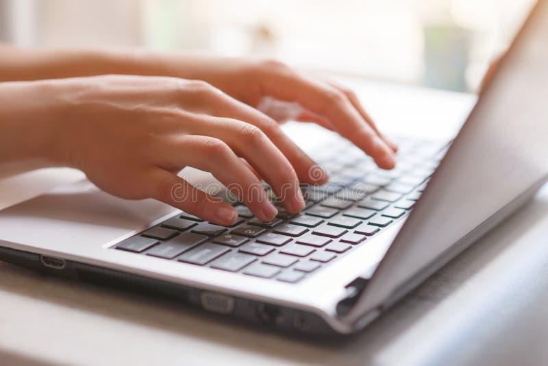 Donna che lavora a casa la mano dell'ufficio sulla fine della tastiera su fotografia stock