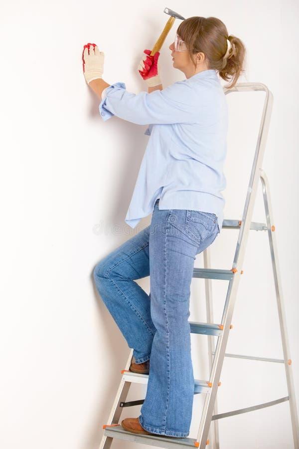 Donna che lavora con il martello fotografie stock libere da diritti