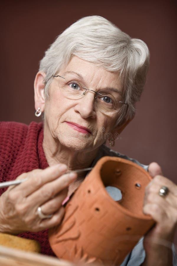 Donna che lavora con l'argilla immagini stock libere da diritti