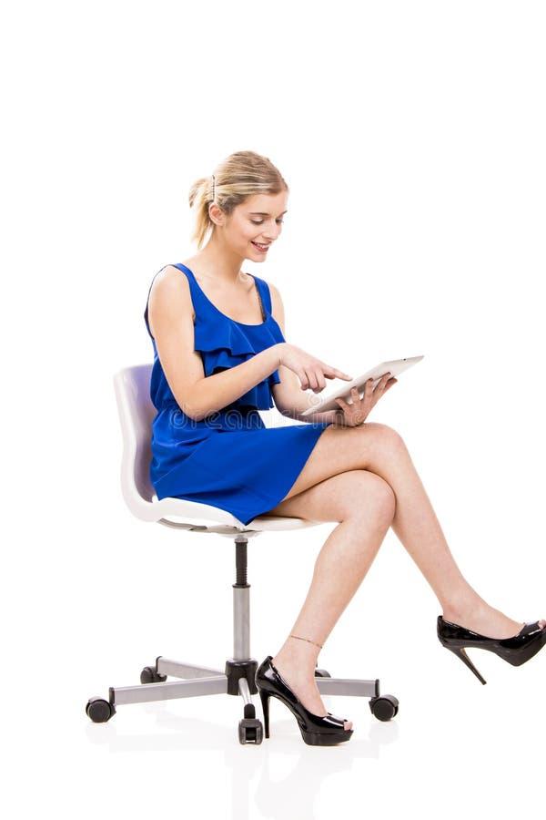 Donna che lavora con una compressa fotografia stock