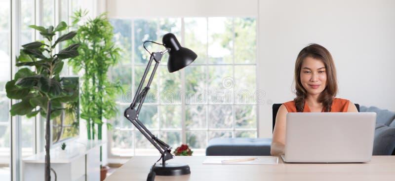 Donna che lavora da casa con il computer immagine stock