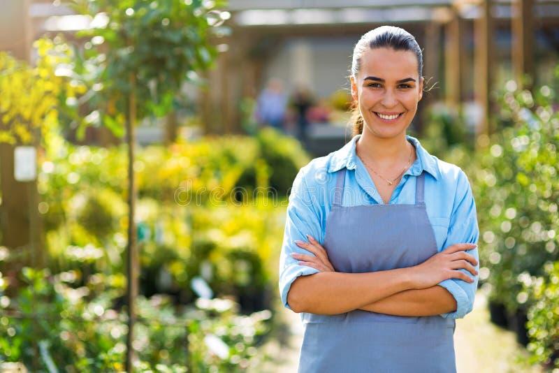 Donna che lavora nel Garden Center fotografia stock libera da diritti