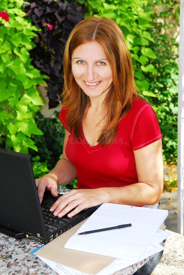 Donna che lavora nel paese fotografia stock libera da diritti