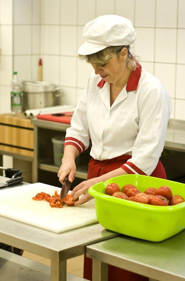 Donna che lavora nella cucina fotografia stock libera da diritti