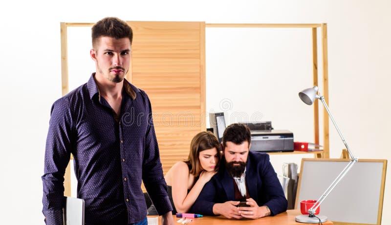 Donna che lavora principalmente nel posto di lavoro maschio Funzionamento attraente della donna con gli uomini Concetto collettiv immagine stock