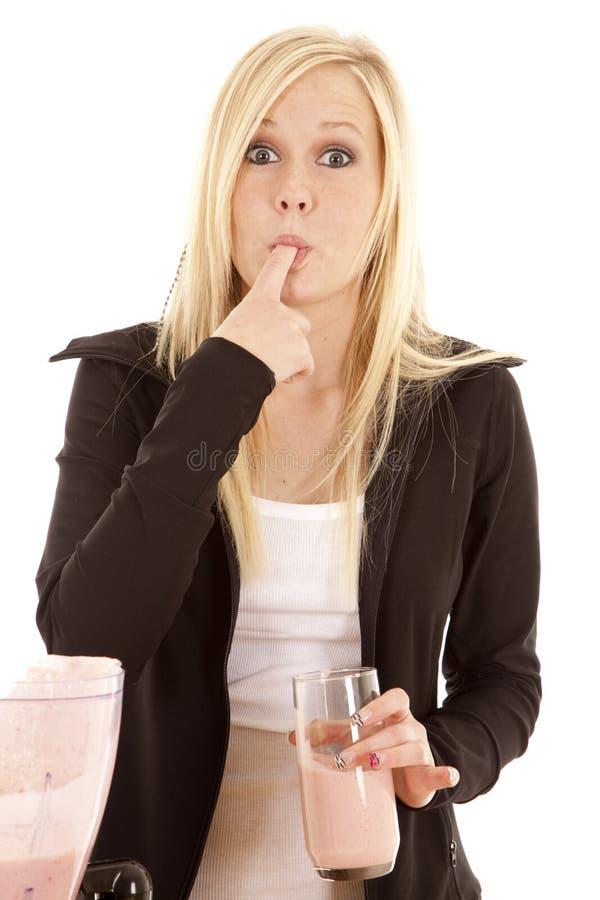 Donna che lecca smoothie sulla barretta fotografia stock