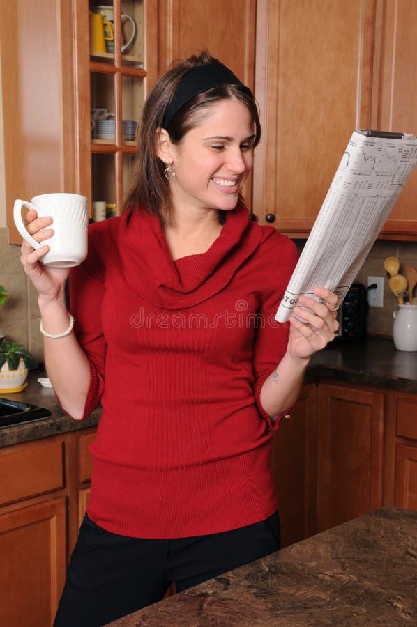 Donna che legge il documento fotografia stock libera da diritti