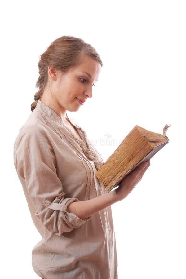 Donna che legge un libro, isolato immagine stock