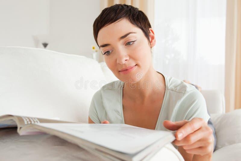 Donna che legge uno scomparto fotografia stock libera da diritti
