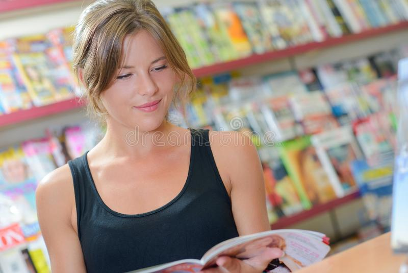 Donna che legge uno scomparto fotografie stock