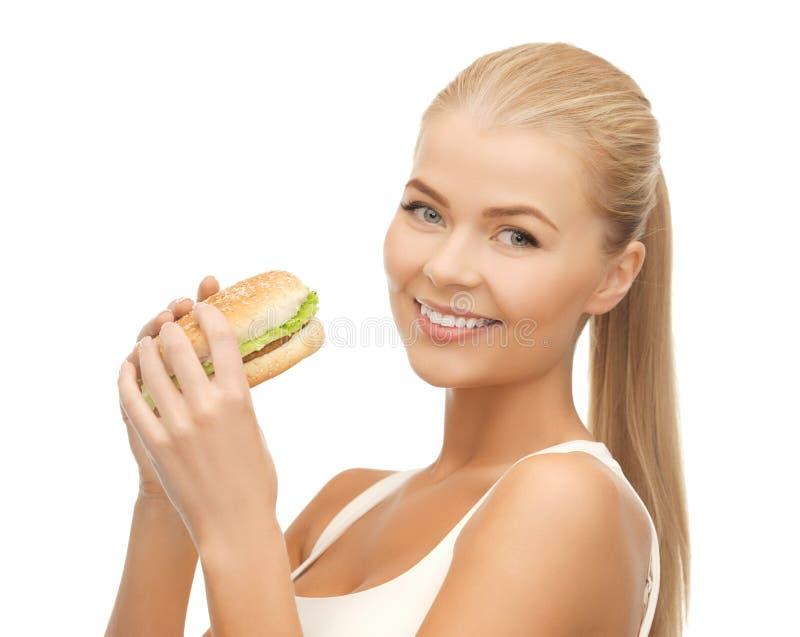Donna che mangia alimenti industriali immagini stock libere da diritti