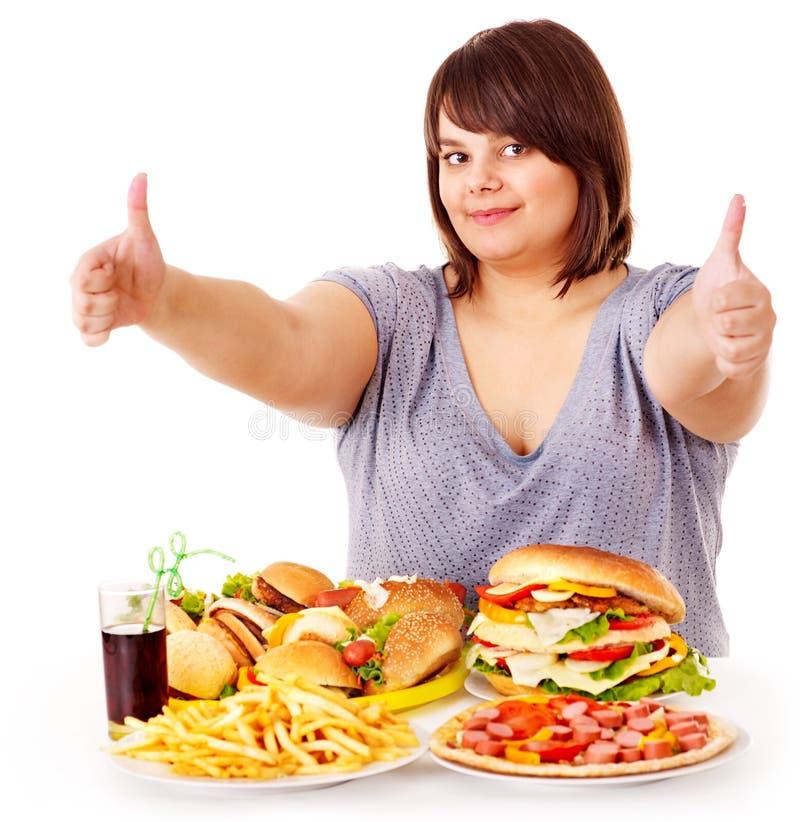 Donna che mangia alimenti a rapida preparazione. fotografia stock