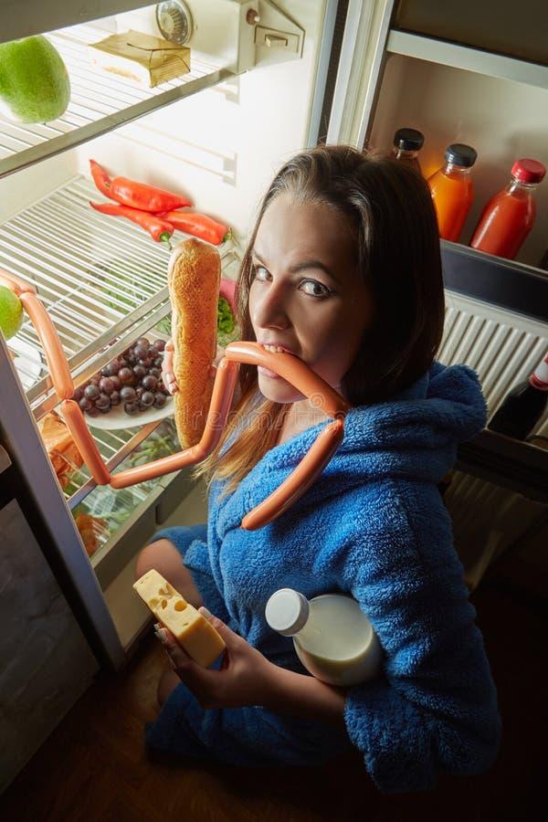 Donna che mangia alimento immagini stock
