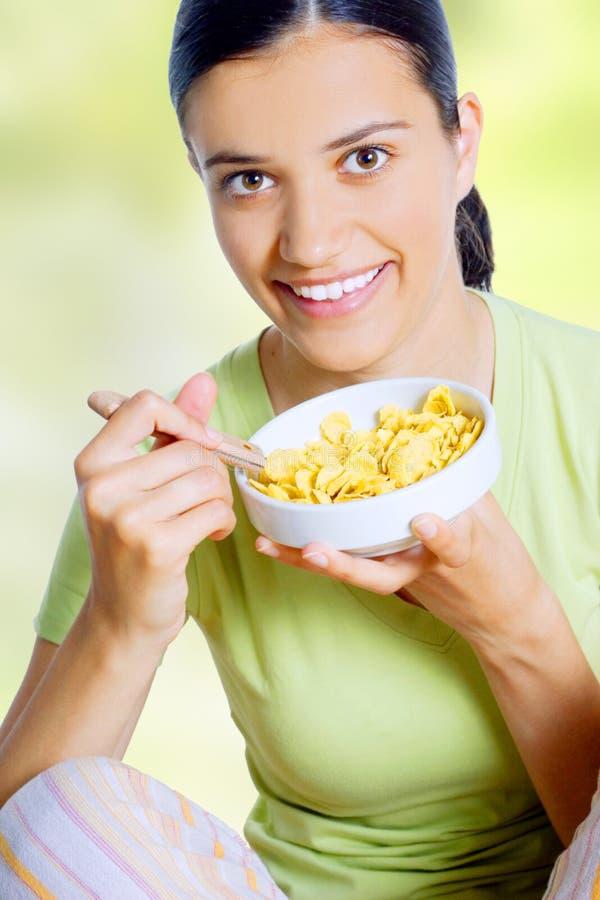 Donna che mangia alimento haelthy fotografie stock libere da diritti