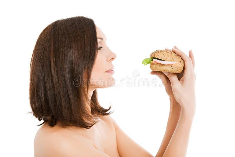 Donna che mangia hamburger immagine stock libera da diritti