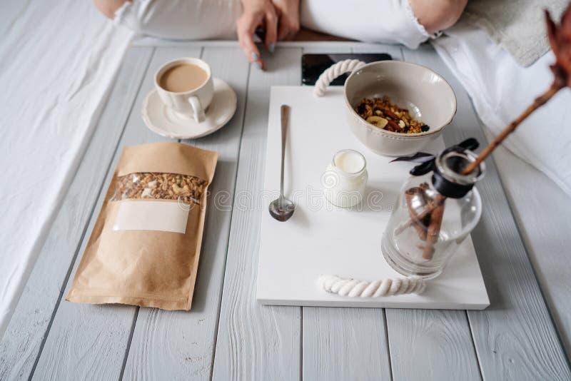 Donna che mangia i cereali a letto fotografia stock libera da diritti