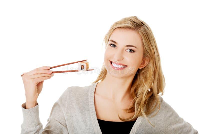 Donna che mangia i sushi immagine stock libera da diritti